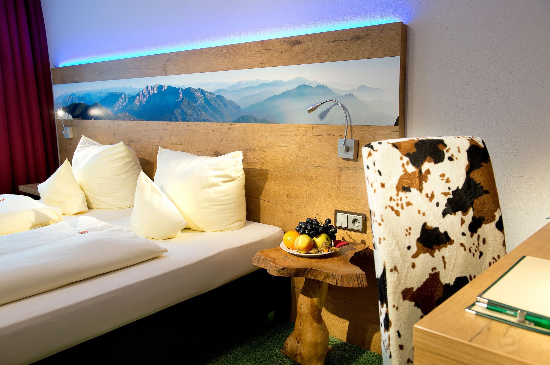 trendy double room alpenstil with alpenstil einrichtung. Black Bedroom Furniture Sets. Home Design Ideas